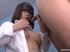 Einstellungstest! Japanische Sekretärin lässt sich auf die Möpse wichsen