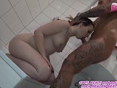 Er fickt die schüchterne blonde Milf bevor sie duschen wollte